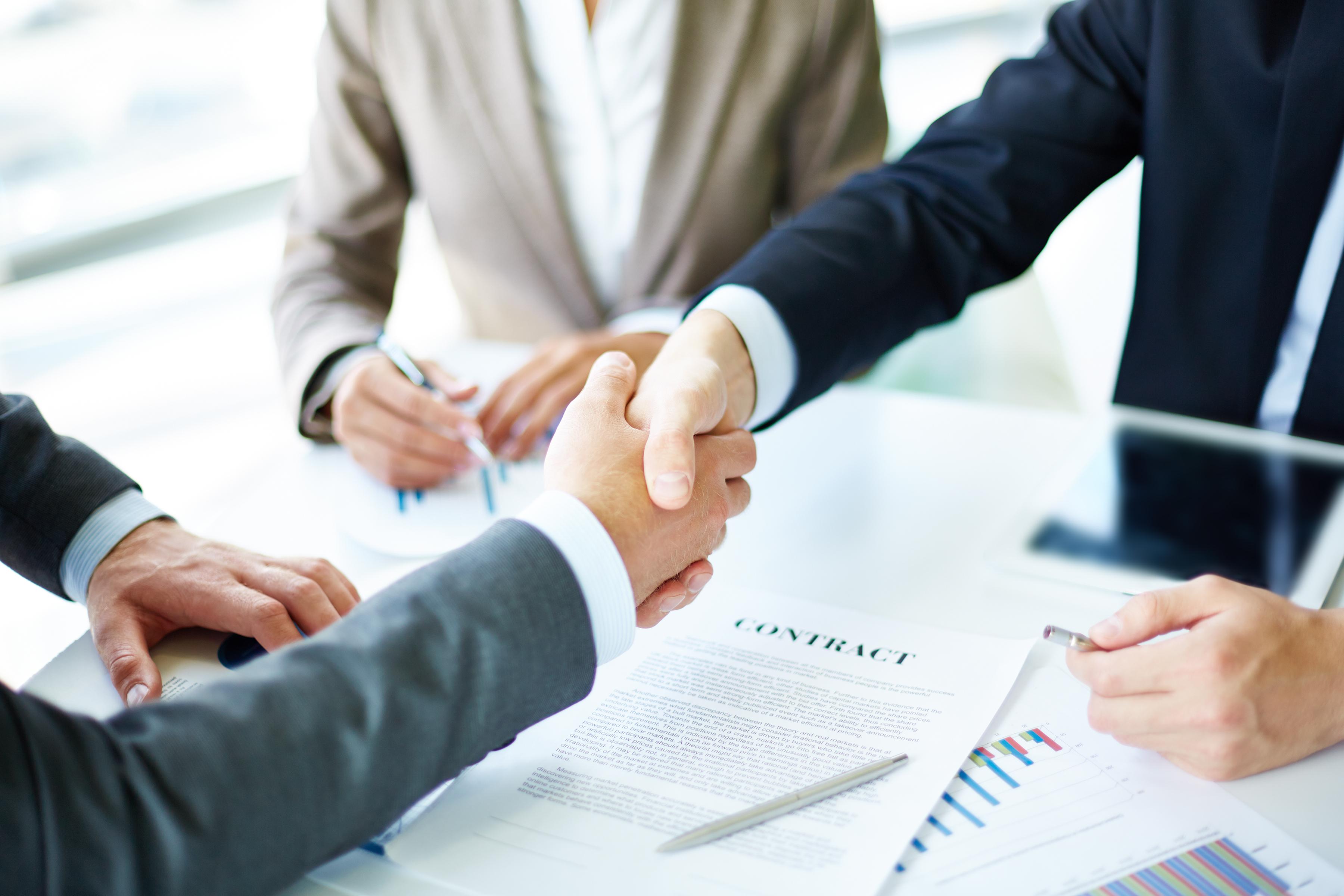 פגישה עם חוזה ולחיצת ידיים